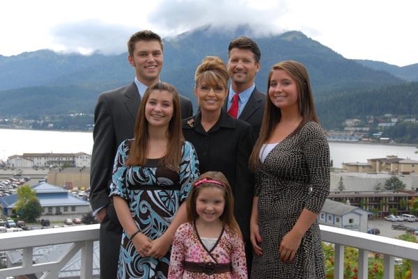 Palinfamily_outside_v01